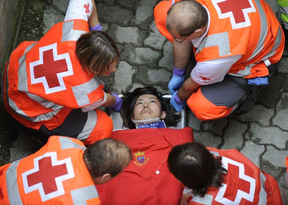 11.HISZPANIA, Pampeluna, 8 lipca 2012: Zespół medyczny przygotowuje do transportu mężczyznę rannego w czasie biegu z bykami. AFP PHOTO / ANDER GILLENEA