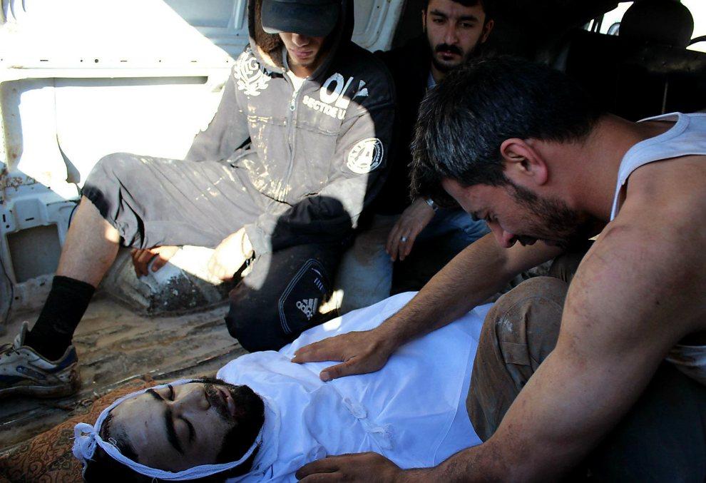 11.SYRIA, Baba Amr, 15 lipca 2012: Mężczyzna opłakuje śmierć bliskiego. AFP PHOTO/HO/SHAAM NEWS NETWORK