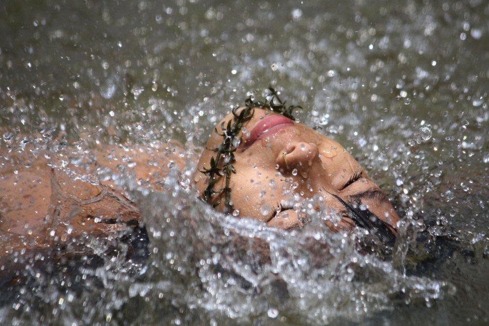 11.INDIE, Nagaland, 19 maja 2012: Dziewczynka pływa w rzece Dhansari. AFP PHOTO/STR