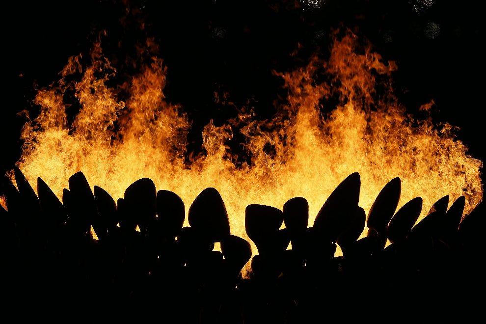 11.WIELKA BRYTANIA, Londyn, 27 lipca 2012: Znicz olimpijski rozpalony w trakcie uroczystości otwarcia. EPA/DENNIS M. SABANGAN Dostawca: PAP/EPA.