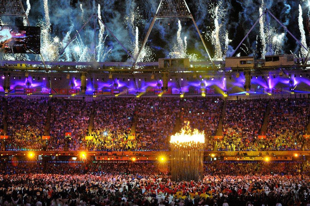 12.WIELKA BRYTANIA, Londyn, 27 lipca 2012: Panorama stadionu olimpijskiego z rozpalonym zniczem. AFP PHOTO / JOHN STILLWELL/POOL