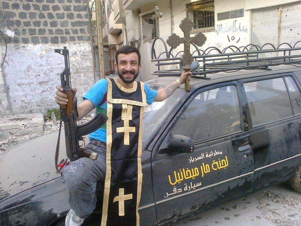 12.SYRIA, Homs, 25 czerwca 2012: Mężczyzna w pobliżu zniszczonej świątyni wyznawców Asyryjskiego Kościoła Wschodu. AFP PHOTO/SHAAM NEWS NETWORK