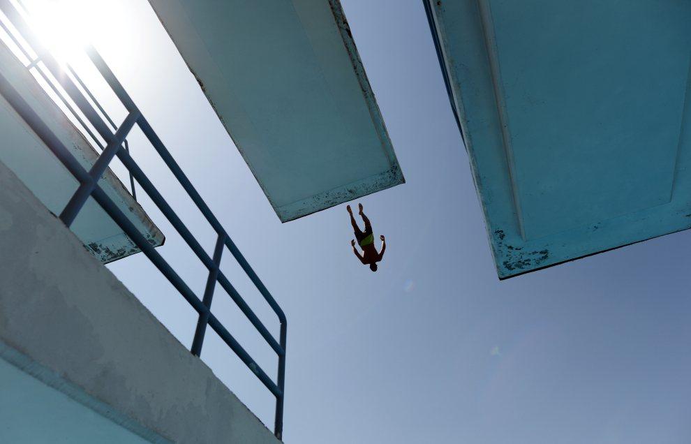 12.BUŁGARIA, Sofia, 15 lipca 2012: Mężczyzna skacze z wieży do basenu. AFP PHOTO / DIMITAR DILKOFF