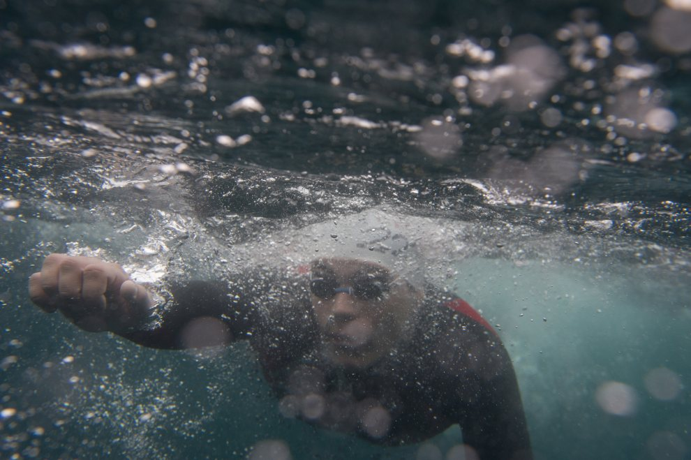 "12.HISZPANIA, Vigo, 7 lipca 2012: Uczestnik zawodów pływackich ""Batalla de Rande"". AFP PHOTO/MIGUEL RIOPA"