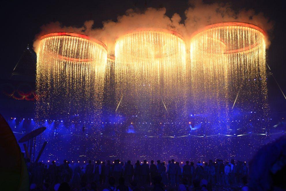 13.WIELKA BRYTANIA, Londyn, 27 lipca 2012: Pokaz sztucznych ogni w trakcie uroczystości otwarcia. AFP PHOTO / LEON NEAL