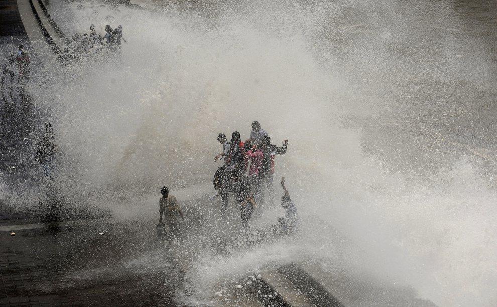 13.INDIE, Bombaj, 5 lipca 2012: Wysoka fala uderza w nabrzeże w Bombaju. AFP PHOTO/Punit PARANJPE