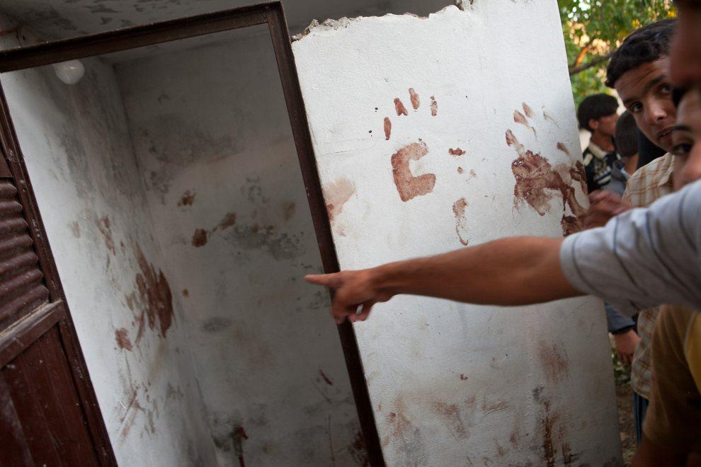 13.SYRIA, Treimsa, 13 lipca 2012: Krawe ślady dłoni odciśnięte na ścianie budynku, gdzie znaleziono kilka ciał. AFP PHOTO/D. LEAL OLIVAS
