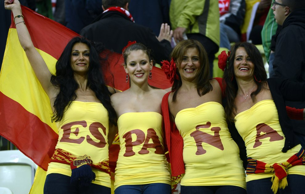13.POLSKA, Gdańsk, 14 czerwca 2012: Hiszpańscy kibice przed rozpoczęciem meczu z Irlandią. AFP PHOTO / PIERRE-PHILIPPE MARCOU