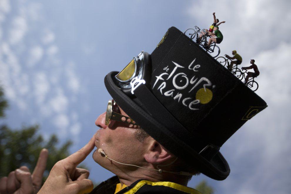 14.BELGIA, Liège, 30 czerwca 2012: Kibic stojący przy trasie Tour de France. AFP PHOTO / JOEL SAGET