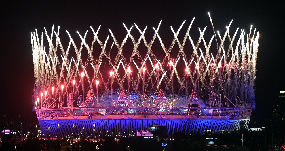 14.WIELKA BRYTANIA, Londyn, 27 lipca 2012: Stadion olimpijskim rozświetlony w trakcie pokazu sztucznych ogni. AFP PHOTO/Indranil MUKHERJEE