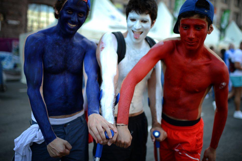 14.UKRAINA, Kijów, 19 czerwca 2012: Kibice reprezentacji Francji przed stadionem w Kijowie. AFP PHOTO / JEFF PACHOUD