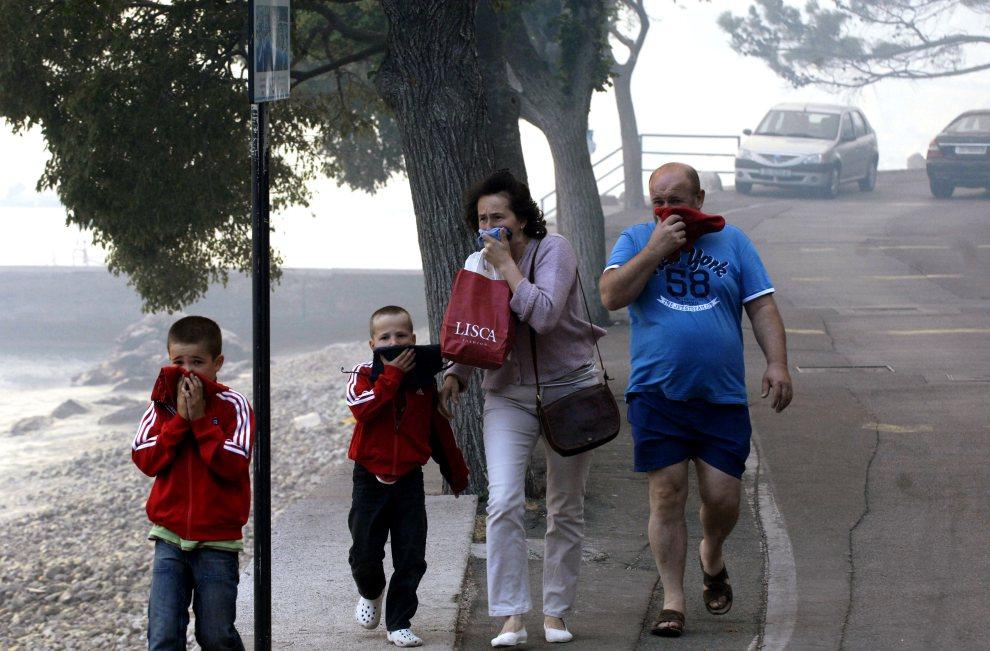 14.CHORWACJA, Sibenik, 23 lipca 2012: Turyści zakrywają twarze przed dymem. AFP PHOTO / STRINGER
