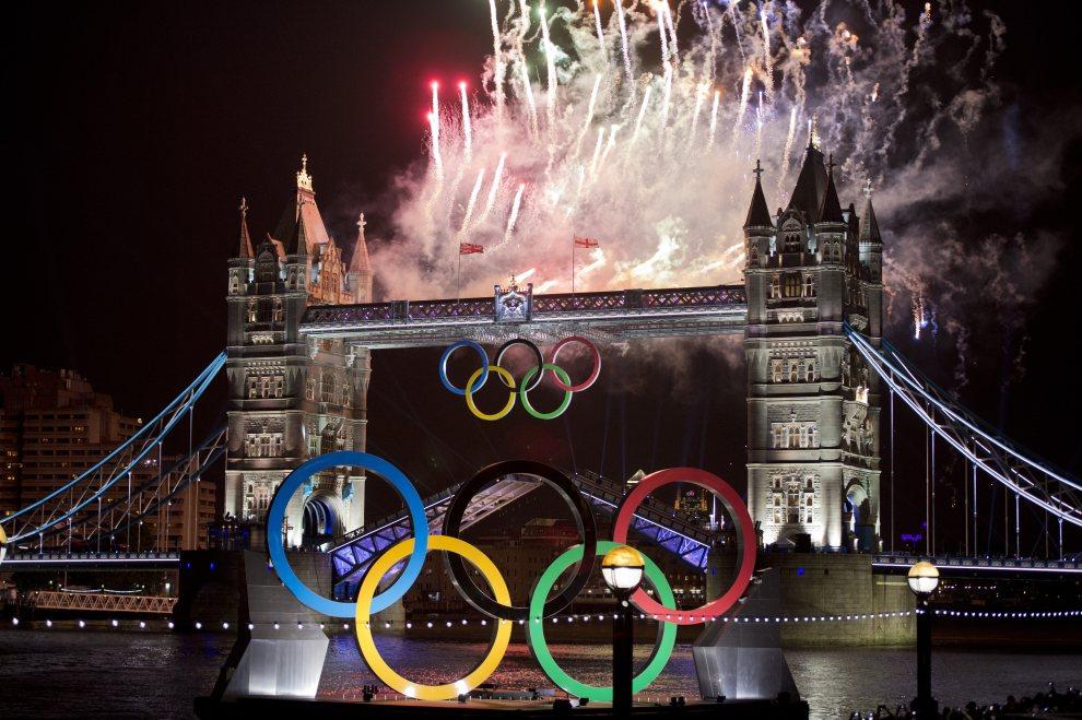 15.WIELKA BRYTANIA, Londyn, 27 lipca 2012: Olimpijska stylizacja i sztuczne ognie wokół Tower Bridge. AFP PHOTO / JOHANNES EISELE