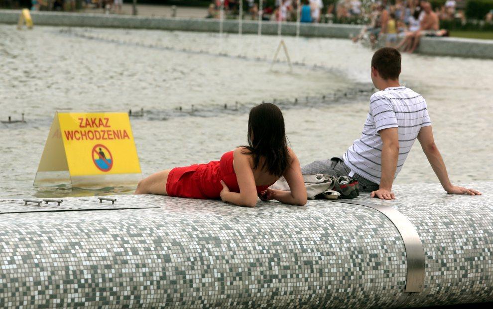 15.POLSKA, Warszawa, 3 lipca 2012: Upał na warszawskim Podzamczu. (kru) PAP/Tomasz Gzell