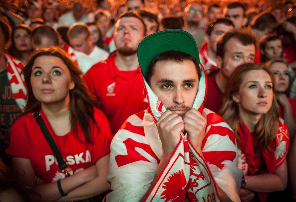 16.POLSKA, Warszawa, 16 czerwca 2012: Polscy kibice po przegranym meczu z Czechami. AFP PHOTO / WOJTEK RADWANSKI