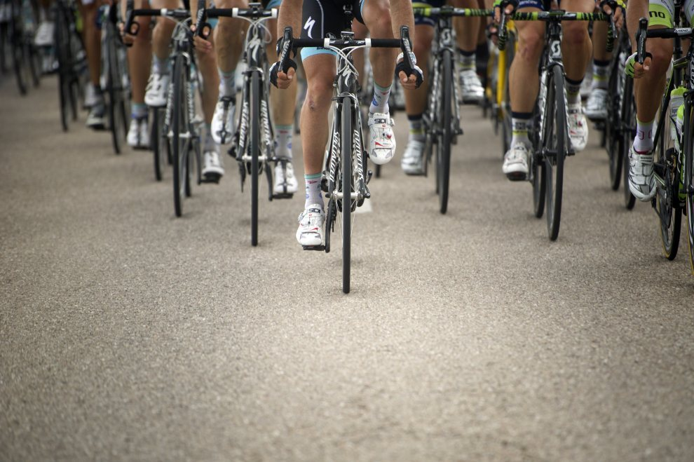 16.FRANCJA, Metz, 6 lipca 2012: Czoło peletonu na trasie szóstego etapu Tour de FRANCJA. AFP PHOTO / LIONEL BONAVENTURE