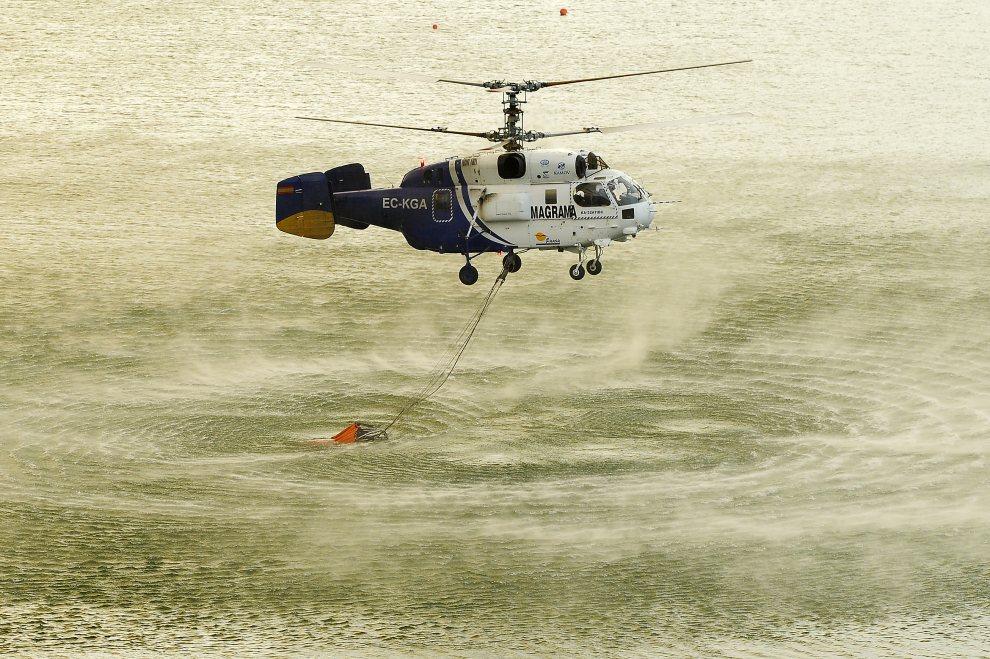 16.HISZPANIA, Figueres, 23 lipca 2012: Helikopter nabiera wodę ze zbiornika Boadellas. (Foto:David Ramos/Getty Images)
