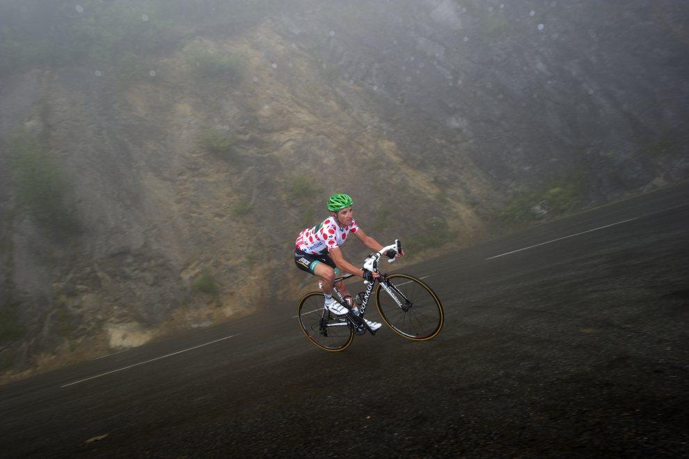 17.FRANCJA, Gouaux-de-Larboust, 19 lipca 2012:  Thomas Voeckler w trakcie zjazdu na 17. etapie Tour de France. AFP PHOTO / LIONEL BONAVENTURE