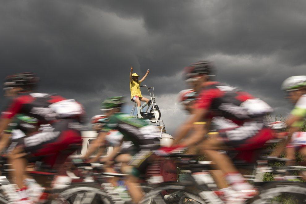 18.FRANCJA, Metz, 6 lipca 2012: Peleton mija kibica w żółtej koszulce lidera klasyfikacji. AFP PHOTO / JOEL SAGET