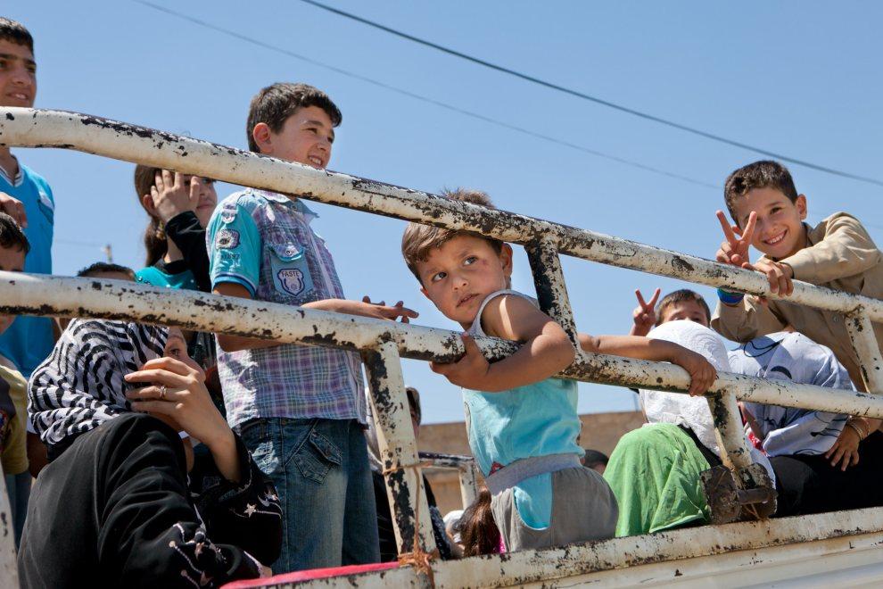 17.SYRIA, Kfar Sijna, 10 lipca 2012: Dzieci wracające do wioski Kfar Sijna, która poprzedniego dnia znalazła się pod ostrzałem. AFP PHOTO/LO