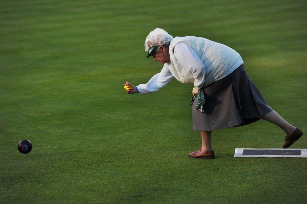 18.WIELKA BRYTANIA, Londyn, 16 lipca 2012: Uczestniczka zawodów w popularnej w Anglii dyscyplinie zwanej bowls. AFP PHOTO / CARL COURT