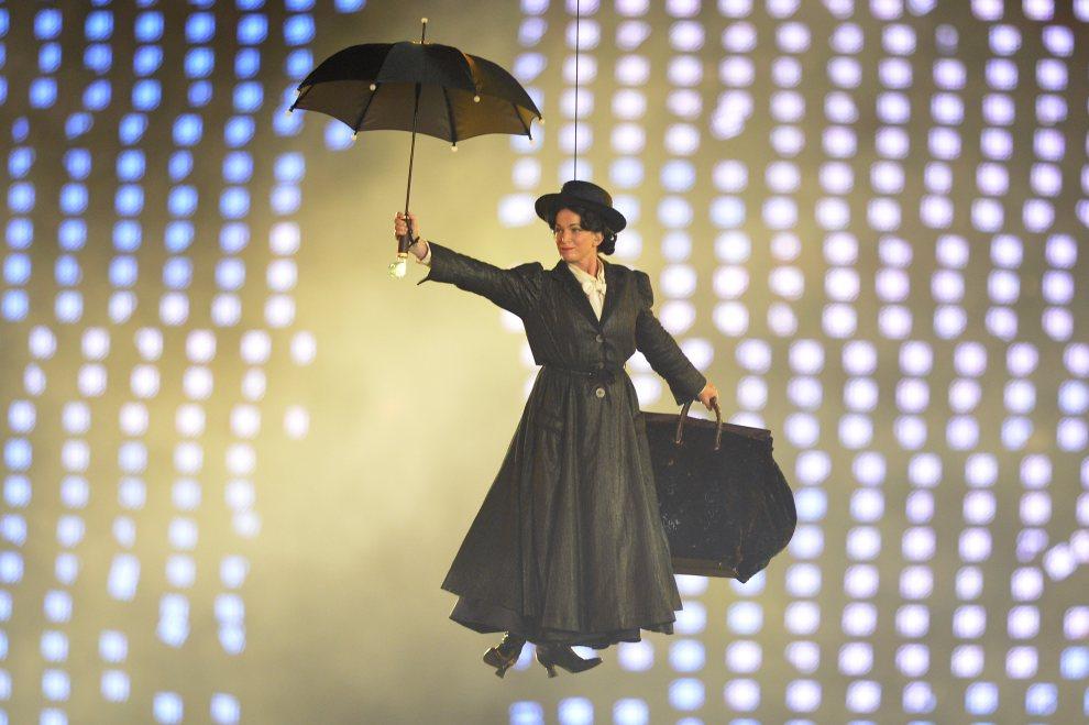 17.WIELKA BRYTANIA, Londyn, 27 lipca 2012: Aktorka ucharakteryzowana na Mary Poppins występuje w czasie uroczystości otwarcia. AFP PHOTO / LEON NEAL