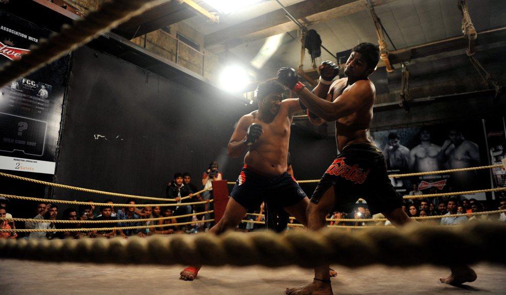 17.INDIE, Bombaj, 30 czerwca 2012: Zawodnik MMA - Gaikwad (po lewej), atakuje przeciwnika podczas gali. AFP PHOTO/Indranil MUKHERJEE