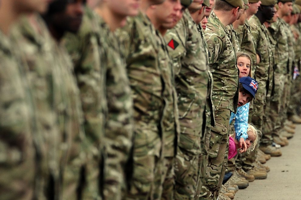 18.WIELKA BRYTANIA, Alrewas, 30 czerwca 2012: Dzieci przyglądają się żołnierzom niosącym ogień olimpijski. AFP PHOTO/PAUL ELLIS