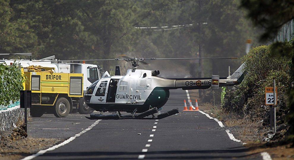 17.HISZPANIA, Teneryfa, 15 lipca 2012: Helikopter czeka na załogę na drodze prowadzącej do parku Teide. EPA/CRISTOBAL GARCIA Dostawca: PAP/EPA.