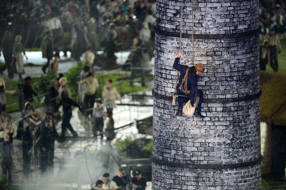18.WIELKA BRYTANIA, Londyn, 27 lipca 2012: Olbrzymi komin, element scenografii, symbolizujący rewolucję przemysłową. AFP PHOTO / FRANCK FIFE