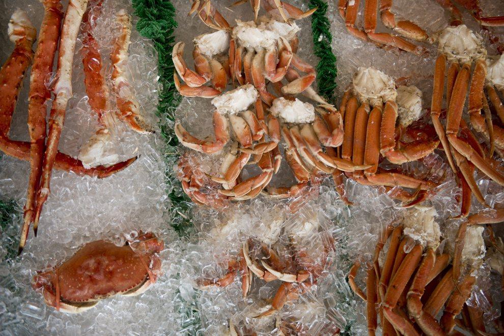 18.USA, Waszyngton, 1 lipca 2012: Kraby obłożone lodem w restauracji Jessie Taylor Seafood. AFP PHOTO/Brendan SMIALOWSKI