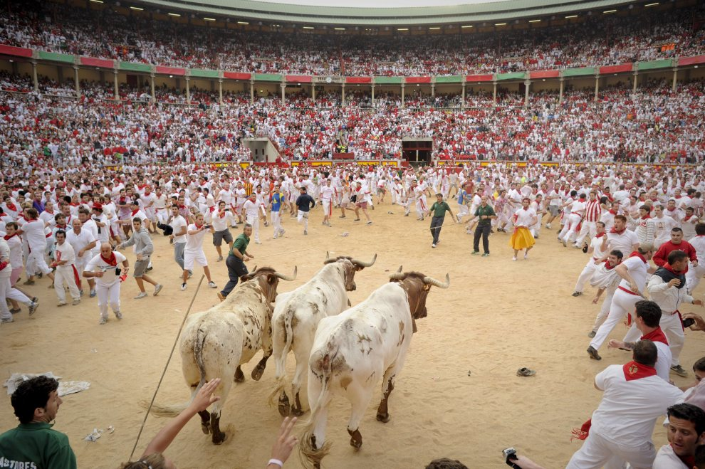 18.HISZPANIA, Pampeluna, 7 lipca 2012: Byli wbiegające na arenę w Pampelunie. AFP PHOTO / PEDRO ARMESTRE