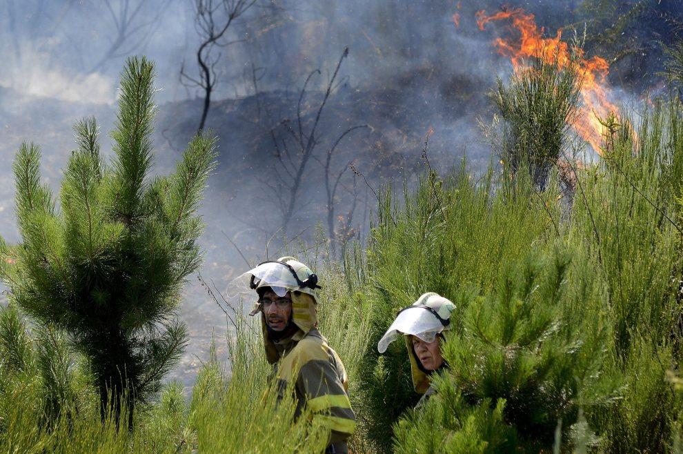 18.HISZPANIA, Oimbra, 20 lipca 2012: Strażacy pracujący przy gaszeniu ognia na północy Hiszpanii. EPA/Brais Lorenzo Dostawca: PAP/EPA.
