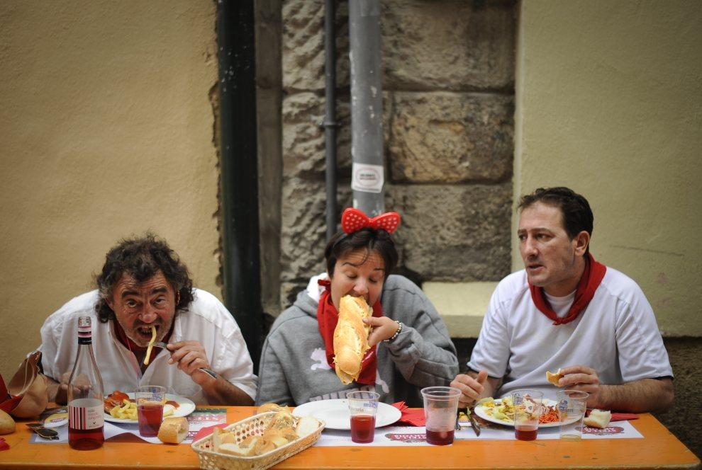 19.HISZPANIA, Pampeluna, 10 lipca 2012: Posiłek uczestników zabawy z okazji Sanfermines. AFP PHOTO/Pedro ARMESTRE