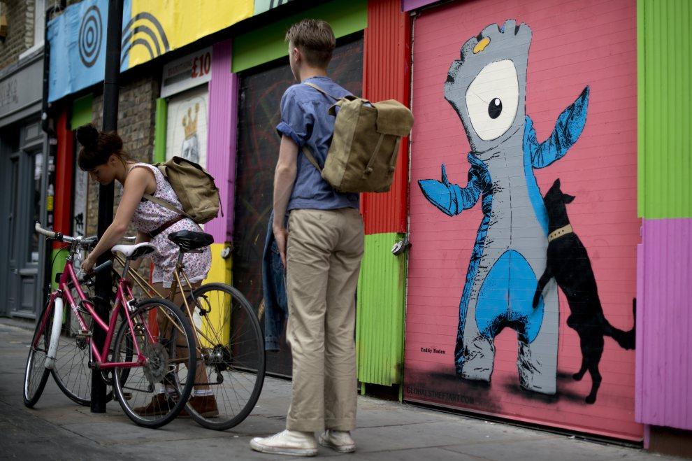 """19.WIELKA BRYTANIA, Londyn, 25 lipca 2012: Graffiti przedstawiające jedną z maskotek olimpiady - """"Wenlocka"""" (po prawej). AFP PHOTO / BEN STANSALL"""