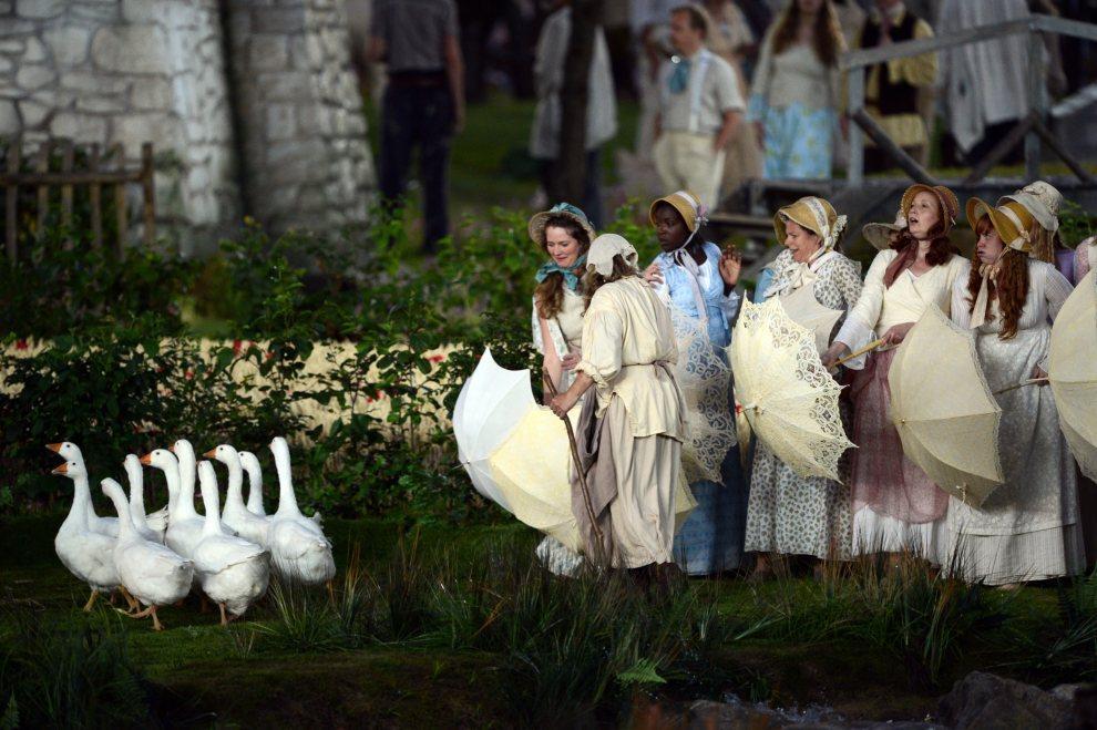 19.WIELKA BRYTANIA, Londyn, 27 lipca 2012: Aktorzy przygotowują się do występu na ceremonii otwarcia. AFP PHOTO / CHRISTOPHE SIMON