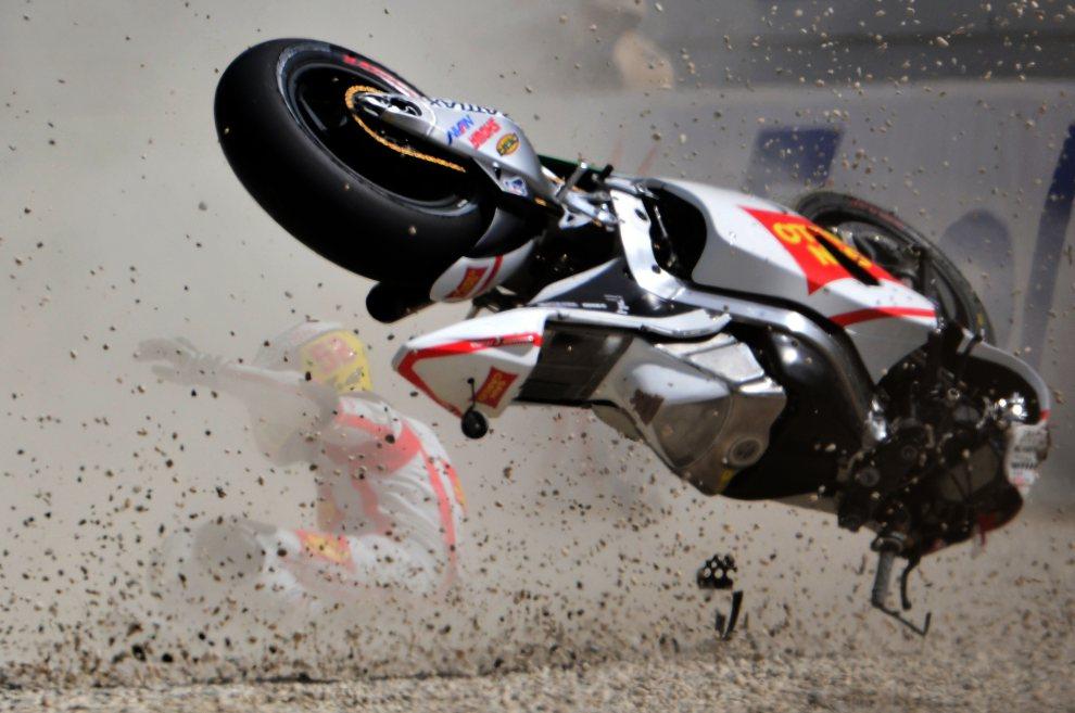 20.WŁOCHY, Muegello, 14 lipca 2012: Michele Pirro zalicza wywrotkę podczas treningu przed GP Włoch. AFP PHOTO/GIUSEPPE CACACE