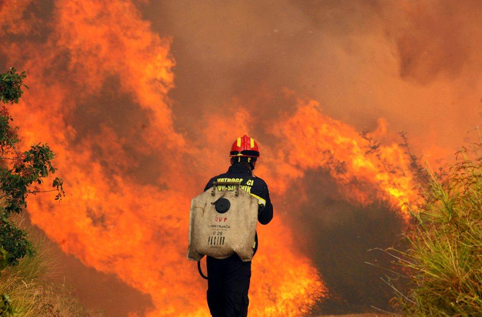19.CHORWACJA, Sibenik, 23 lipca 2012: Pożar okolicy miejscowości Sibenik. AFP PHOTO / STRINGER
