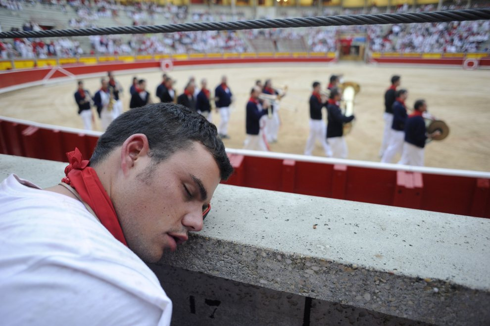 19.HISZPANIA, Pampeluna, 8 lipca 2012: Mężczyzna śpiący na trybunach areny w Pampelunie. AFP PHOTO / ANDER GILLENEA