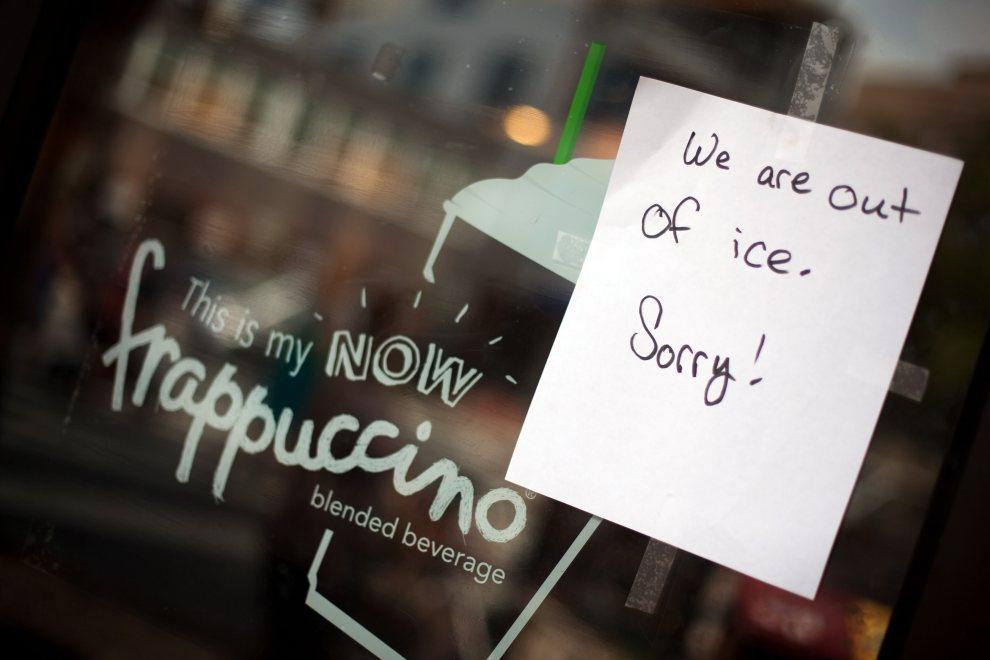 19.USA, Bethesda, 1 lipca 2012: Kartka z informacją o braku lodu w jednej z popularnych kawiarni. (Foto: Allison Shelley/Getty Images)