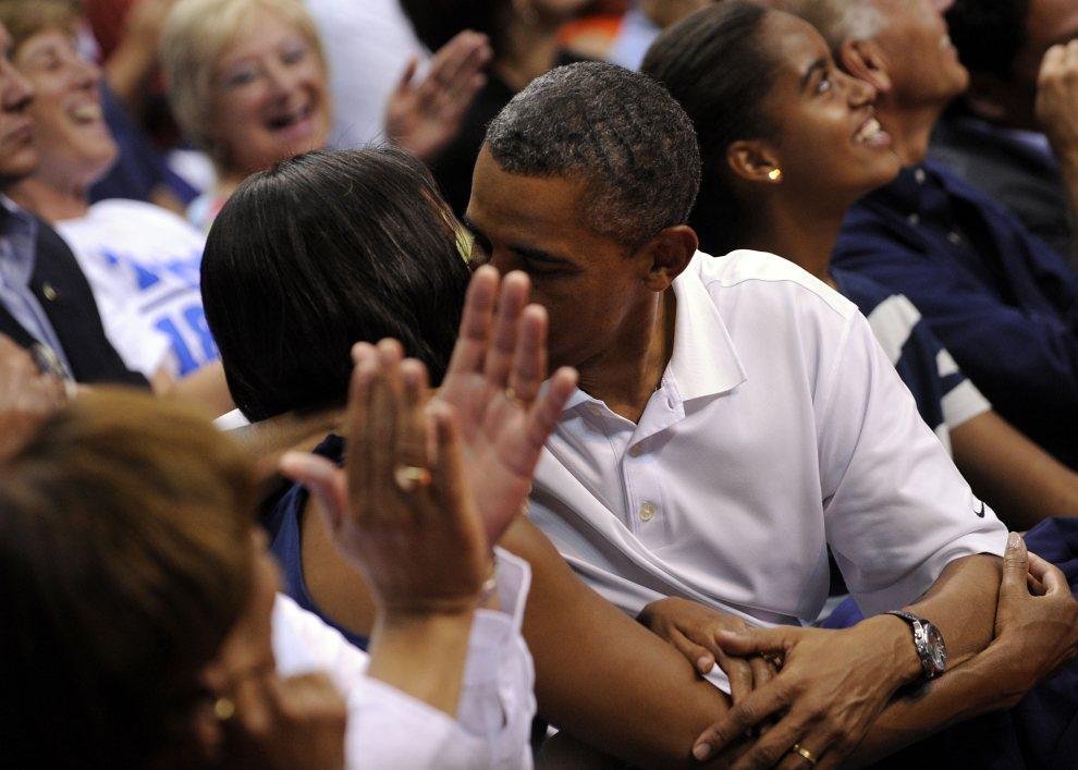 20.USA, Waszyngton, 16 lipca 2012: Barack Obama całuje swoją żonę Michelle, w trakcie pokazowego meczu olimpijskiej reprezentacji USA w koszykówce mężczyzn.   (Foto: Leslie E. Kossoff-Pool/Getty Images)
