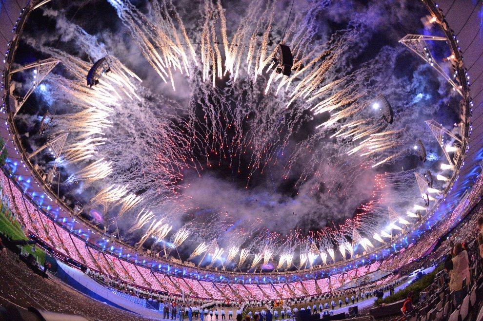 1.WIELKA BRYTANIA, Londyn, 27 lipca 2012: Pokaz sztucznych ogni nad stadionem olimpijskim. AFP PHOTO / JEWEL SAMAD