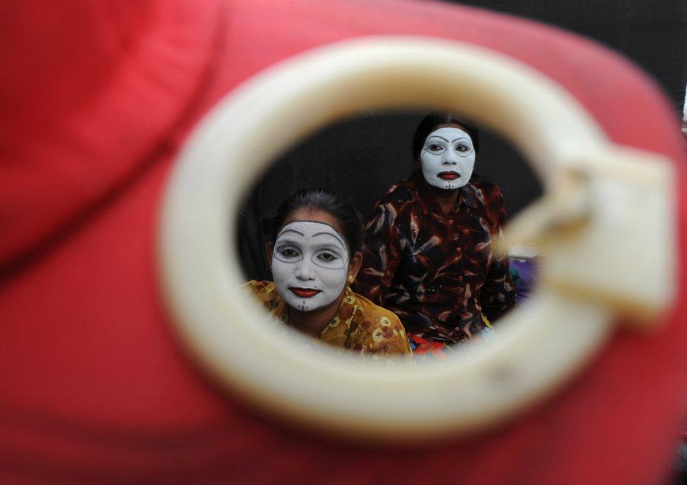 1.INDIE, New Delhi, 2 lipca 2012: Artyści czekają na występ podczas kursu samoobrony dla kobiet. AFP PHOTO/ SAJJAD HUSSAIN