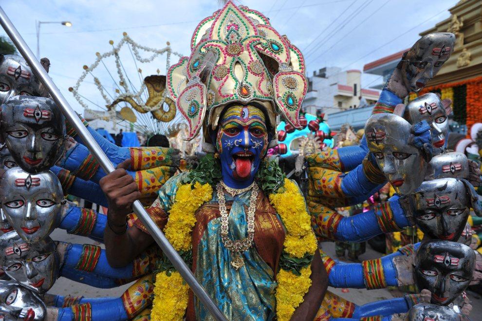 1.INDIE, Hyderabad, 16 lipca 2012: Mężczyzna w przebraniu Mahakali w czasie święta Bonalu. AFP PHOTO / Noah SEELAM