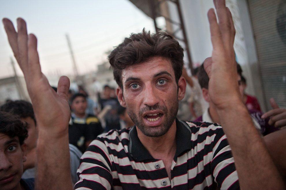 1.SYRIA, Treimsa, 13 lipca 2012: Mieszkaniec wsi Treimsa, w której w minionym tydzień zginęło 150 osób. AFP PHOTO/D. LEAL OLIVAS