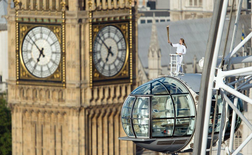 20.WIELKA BRYTANIA, Londyn, 22 lipca 2012: Amelia Hempleman-Adams trzyma ogień olimpijski. AFP PHOTO / LEON NEAL