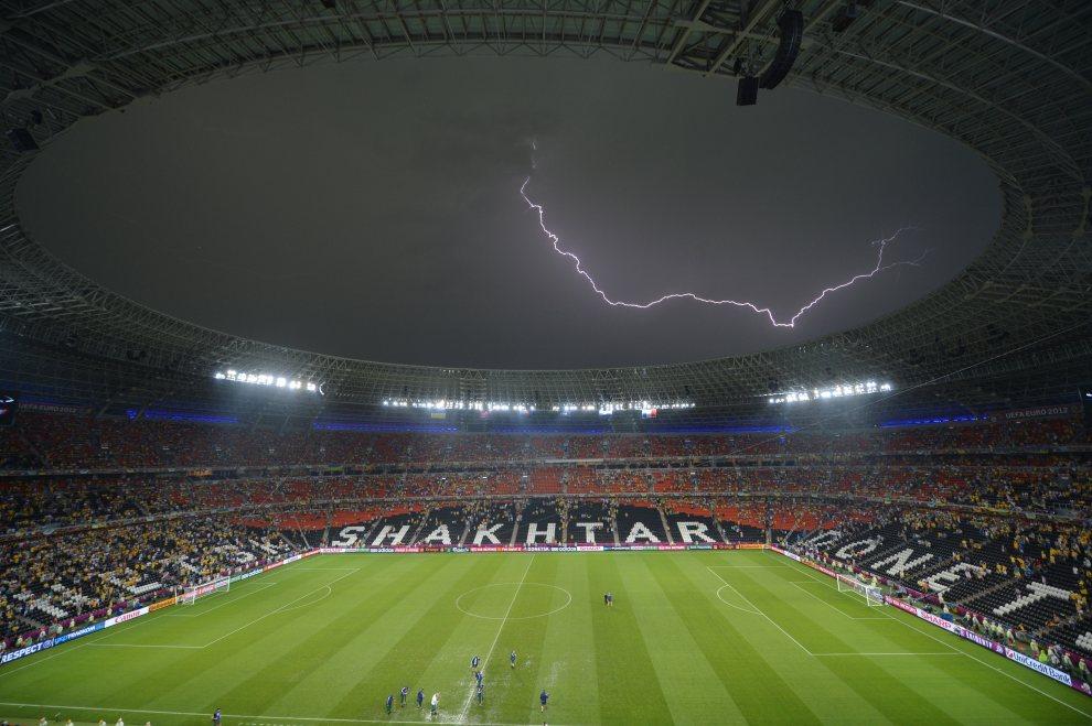 20.UKRAINA, Donieck, 15 czerwca 2012: Błyskawica nad Donbass Arena w trakcie meczu Ukraina – Francja.  AFP PHOTO / SERGEI SUPINSKY
