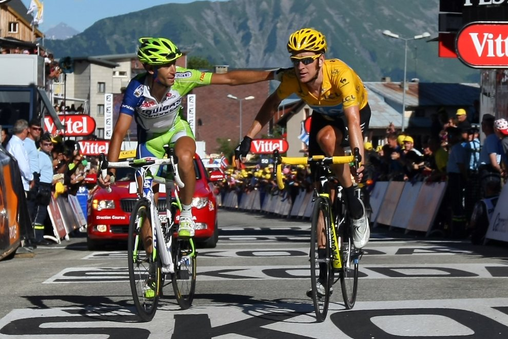 23.FRANCJA, la Toussuire, 12 lipca 2012: Vincenzo Nibali (po lewej) przekracza linię mete razem z Bradley'em Wigginsem. (Foto: Doug Pensinger/Getty Images)