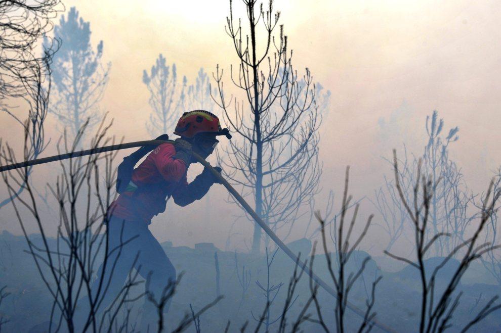 20.PORTUGALIA, Cernancelhe, 20 lipca 2012: Strażak w trakcie akcji gaśniczej. EPA/NUNO ANDRE FERREIRA Dostawca: PAP/EPA.