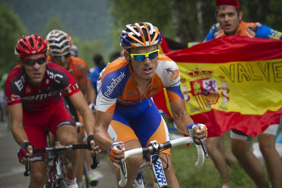 24.FRANCJA, Foix, 15 lipca 2012: Hiszpański kibic dopinguje Philippe'a Gilberta. AFP PHOTO / LIONEL BONAVENTURE